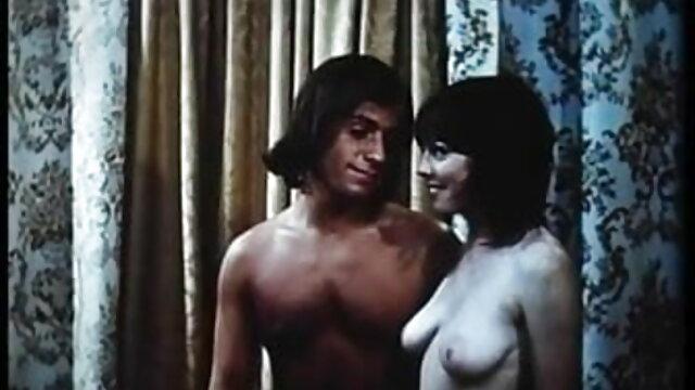 जंगल में सेक्सी वीडियो हिंदी मूवी में टहलने
